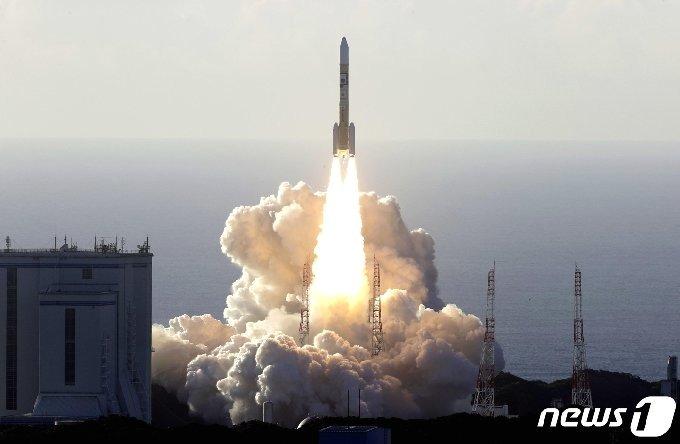 아랍에미리트(UAE) 화성 탐사선 '아말'을 탑재한 H2A로켓이 20일 오전 일본 가고시마현 다네가섬 우주센터에서 발사되고 있다. © 로이터=뉴스1