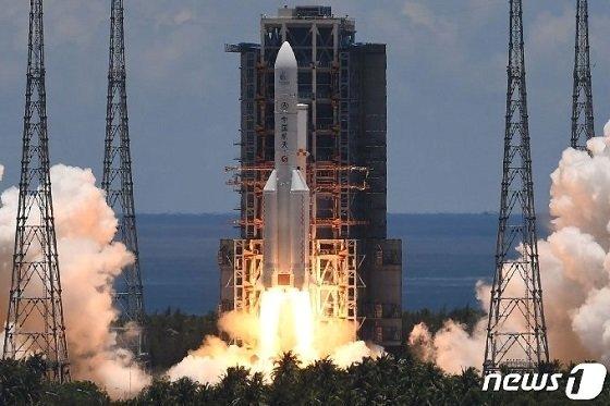 중국의 첫 화성 탐사선 톈원-1호를 운반할 창정5 로켓이 23일 하이난성의 원창 우주발사장 발사대에서 이륙하고 있다/사진=뉴스1