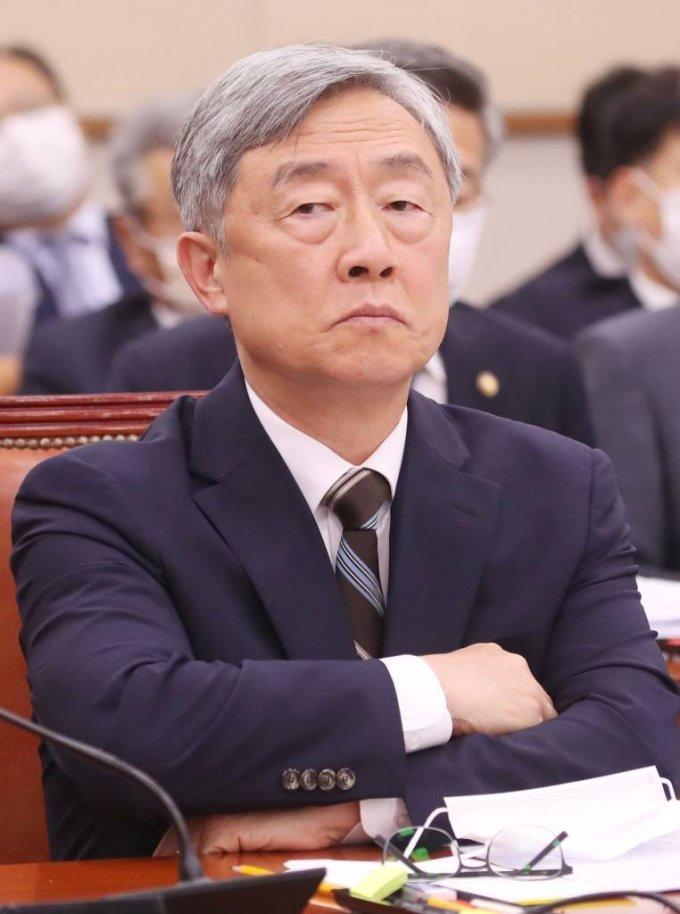 최재형 감사원장이 지난달 29일 서울 여의도 국회에서 열린 법제사법위원회 전체회의에서 고심하고 있다.