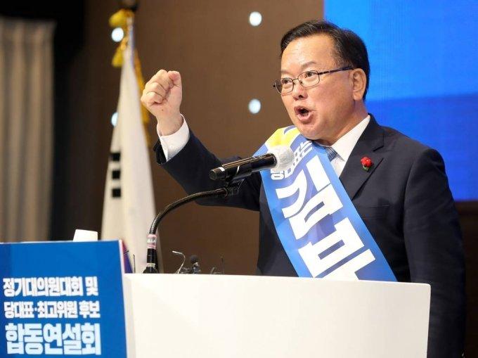 더불어민주당 당 대표에 도전하는 김부겸 전 의원이 지난달 25일 오후 제주 퍼시픽호텔에서 열린 민주당 당대표 및 최고위원 후보자 시·도당 순회합동연설회에서 정견발표를 하고 있다./사진=뉴시스