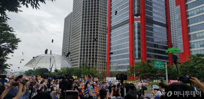 1일 오후 4시 서울 영등포구 파크원 빌딩 앞에서 열린 부동산 대책 규탄 집회에서 참석자들이 신발을 던지는 퍼포먼스를 선보이고 있다. /사진=조한송 기자