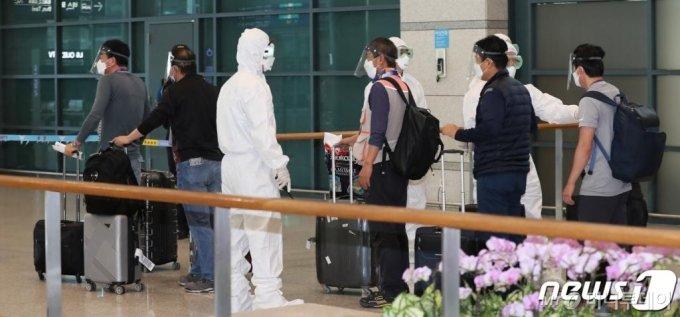 (인천공항=뉴스1) 박지혜 기자 = 이라크 건설 현장 파견 근로자들이 31일 오전 인천국제공항을 통해 입국하고 있다.이날 신종 코로나바이러스 감염증(코로나19)이 급확산 중인 이라크 건설 현장에서 근무하던 우리 근로자 72명은 전세기편으로 귀국했다. 2020.7.31/뉴스1