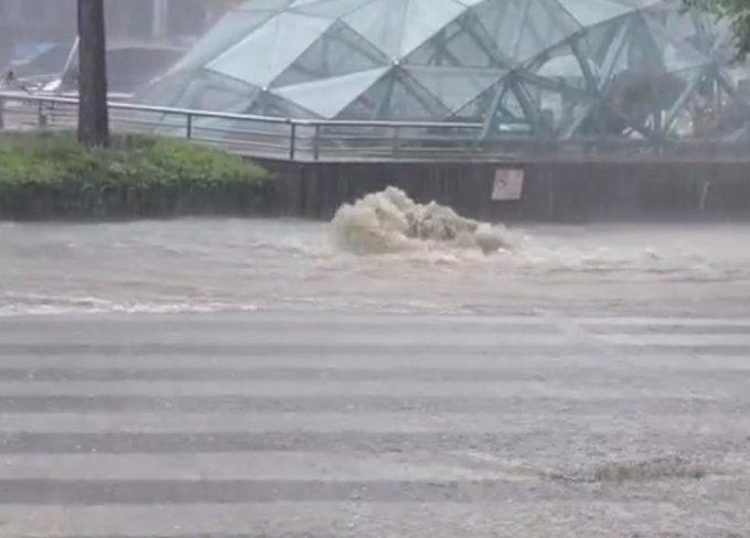1일 서울 지역에 호우주의보가 발령되는 등 폭우가 쏟아지면서 강남역 인근 하수 역류 현상이 발생했다,/사진=SNS 캡쳐