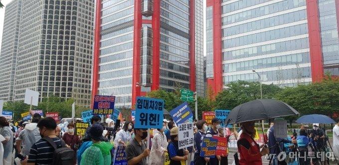 1일 오후 4시 서울 영등포구 파크원 빌딩 앞에서 열린 부동산 대책 규탄 집회에서 참석자들이 구호를 외치고 있다. /사진=조한송 기자
