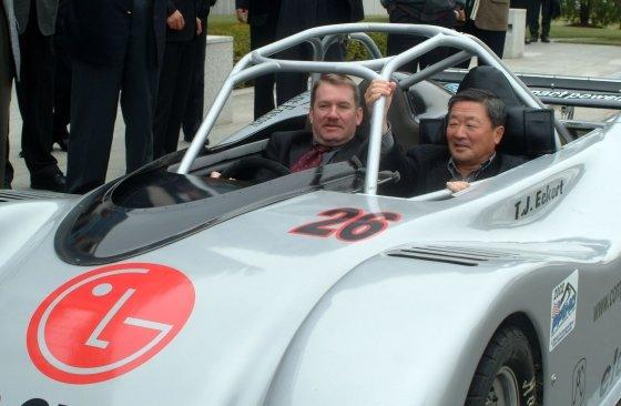 고(故) 구본무 LG그룹 회장이 2002년10월 구 회장이 전기차배터리 개발을 위해 만든 시제품을 테스트하고 있는 모습/사진=LG제공, 머니투데이DB
