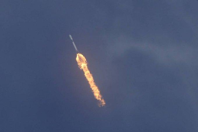 [케이프커내버럴=AP/뉴시스]미 항공우주국(NASA) 우주비행사 더글러스 헐리와 로버트 벤킨이 크루 드래건에 탑승한 스페이스X 팰컨9호가 지난 5월 30일(현지시간) 미 플로리다주 케이프 커내버럴의 케네디 우주센터에서 발사 후 날아가고 있다.