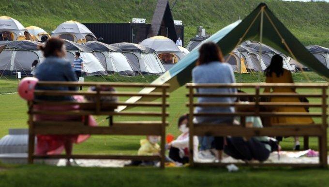 가족단위 나들이객들이 강원 평창군 봉평면 휘닉스 평창 잔디밭에서 즐거운 한때를 보내고 있다. /사진=뉴시스