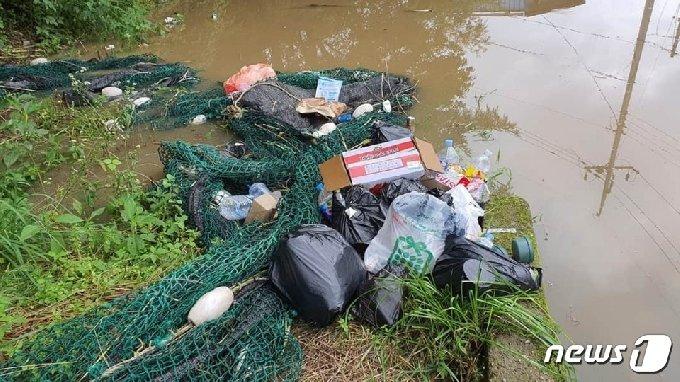 충북 옥천군 군북면 지오리 대청호 인근에 버려진 쓰레기. (독자제공) /© 뉴스1