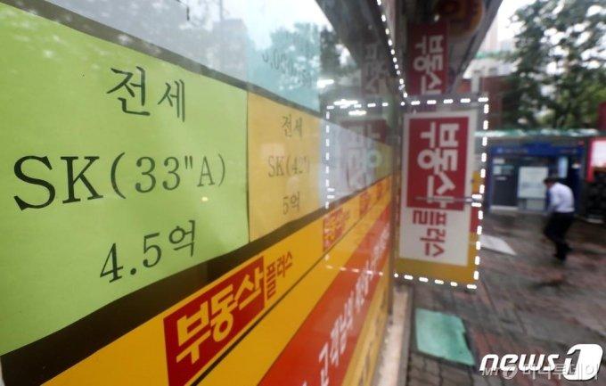 2일 KB부동산의 '월간 주택가격 동향'에 따르면 지난달 서울 강북(14개구)지역 아파트 평균 전세가격은 4억180만원으로, KB가 해당 통계를 작성하기 시작한 2011년 6월 이후 처음으로 4억원을 돌파했다. 강북 아파트 평균 전세가격은 2015년 11월(3억242만원) 3억원대에 진입한 뒤 56개월 만에 1억원이 더 올라 4억원대에 들어섰다. 사진은 이날 서울 강북의 한 아파트 단지 부동산 정보란에 4억대 전세매물이 붙어 있다. /사진=뉴스1