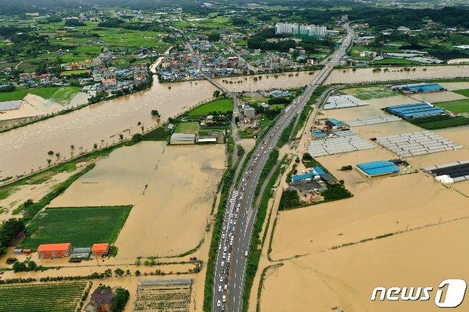 2일 오전 경기도 안성시 일죽면 일대 논이 폭우로 잠겨 있다. 2020.8.2 /뉴스1 © News1 조태형 기자