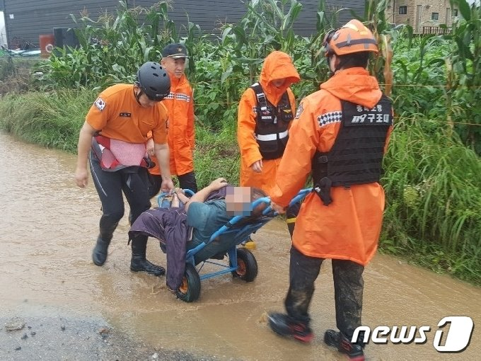 2일 충북 제천 산곡저수지 인근에 산사태가 발생해 토사가 인근 주택을 덮쳤다. 119 구조대가 집 주인 부부를 병원으로 이송하고 있다.2020.8.2./뉴스1 © News1 조영석 기자