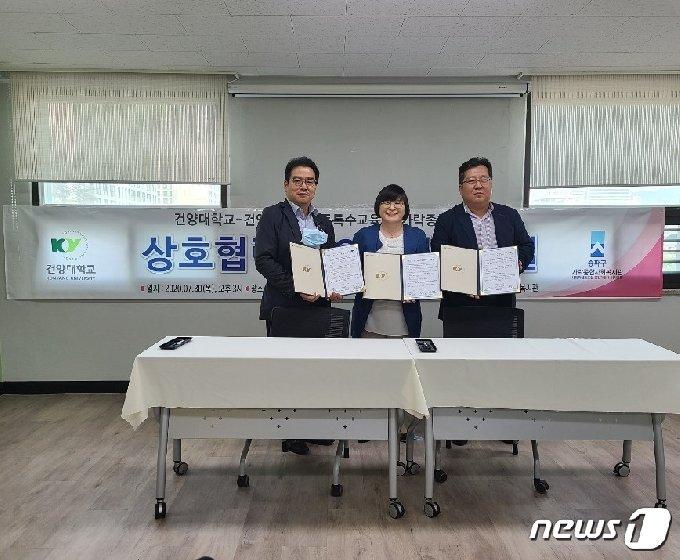 왼쪽부터 권오형 서울가락복지관 관장, 윤현숙 건양대 교수, 김기진 이사장. /© 뉴스1