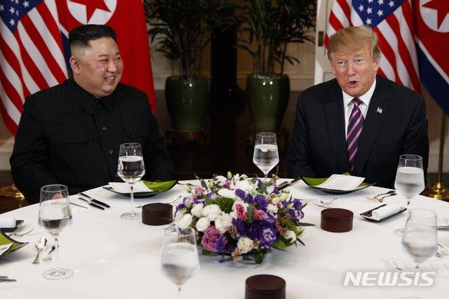 【하노이=AP/뉴시스】도널드 트럼프 미국 대통령과 김정은 북한 국무위원장이 지난해 2월27일(현지시간) 하노이 중심가 메트로폴 호텔 회담장에서 원탁 테이블 친교 만찬을 하고 있다. 2019.02.27.