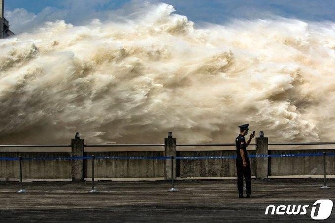 19일(현지시간) 후베이성 이창에 있는 세계 최대 규모의 싼샤 댐이 수위 급상승으로 방류를 하고 있다. © AFP=뉴스1 © News1 우동명 기자