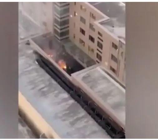 [서울=뉴시스] 미국 텍사스주 휴스턴 주재 중국총영사관 내에서 21일 저녁(현지시간) 문서를 태우고 있는 듯 불길이 보이고 있다. 미국 정부는 이날 총영사관에 '72시간내 폐쇄'를 명령했다. 동영상은 인근 건물 주민이 촬영한 것이다. <사진출처:트위터> 2020.07.23