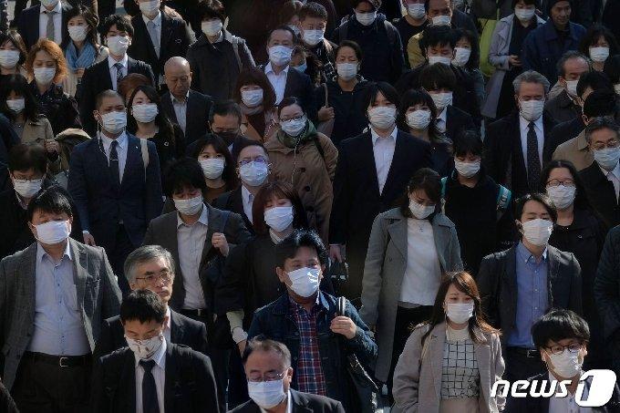 9일(현지시간) 코로나19 비상사태가 선언된 도쿄의 신주쿠역 지하도에 마스크를 쓴 시민들이 출근을 하고 있다. © AFP=뉴스1 © News1 우동명 기자