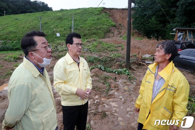 이시종 충북지사가 2일 폭우로 붕괴 위기에 놓인 제천시 산곡저수지 현장을 찾아 상황을 점검하고 있다.(충북도 제공).2020.8.2 /© 뉴스1
