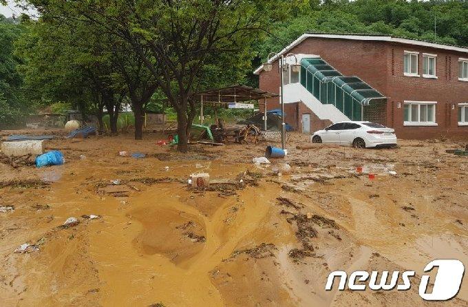 2일 오전 충북 단양군 한 마을에 빗물에 휩쓸려온 토사물이 쌓여 있다. (충북도소방본부 제공) 2020.8.2 /뉴스1 © News1