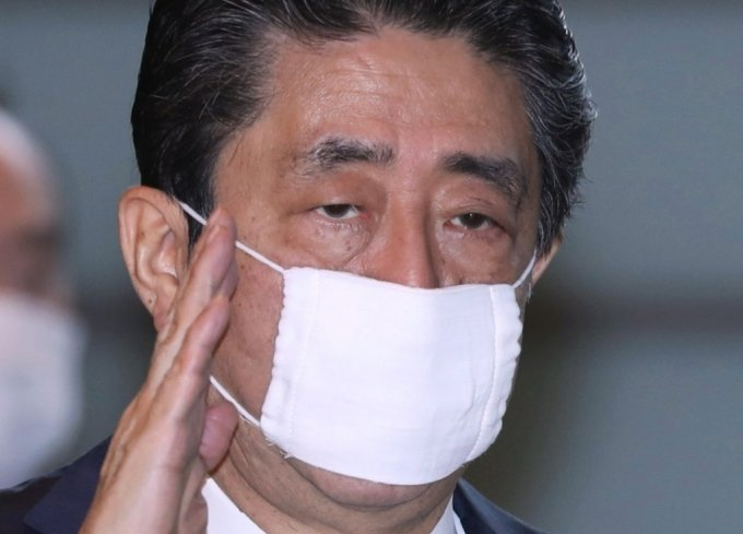 일본정부가 국민들에게 배포한 천 마스크(소위 '아베노마스크')를 착용하고 있는 아베 신조 총리. /사진=AFP