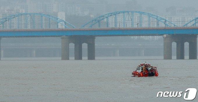 집중호우로 한강 수위가 높아지고 있다./뉴스1 © News1 안은나 기자