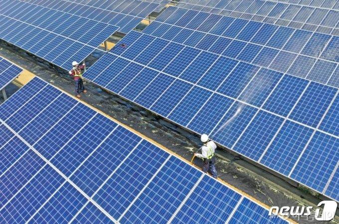 (수원=뉴스1) 조태형 기자 = 맑은 초여름 날씨가 이어진 7일 오전 경기도 수원시 상수도사업소 광교정수장에서 청소 업체 직원들이 일조량이 많은 여름을 앞두고 효율적인 태양광 발전을 위해 모듈 표면 세척 작업을 하고 있다. 2020.5.7/뉴스1