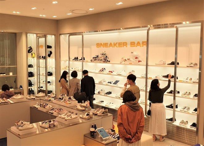 롯데백화점이 지난 4월에 오픈한 명품 '스니커바' 오픈 첫날/사진=롯데백화점