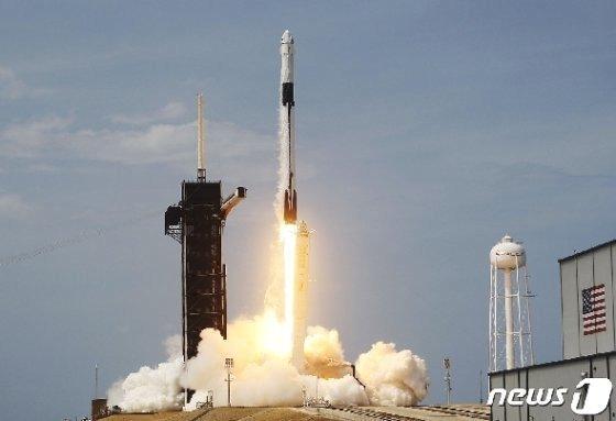 민간 우주기업 스페이스X의 유인우주선 '크루 드래건'이 '팰컨9' 로켓에 실려 우주로 날아가고 있다/사진=스페이스X