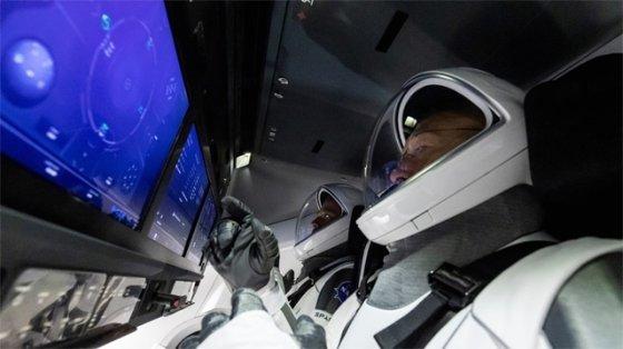 NASA 우주비행사들이 크루 드래건 내부와 비슷한 시뮬레이터에서 훈련을 받는 모습_사진_스페이스X