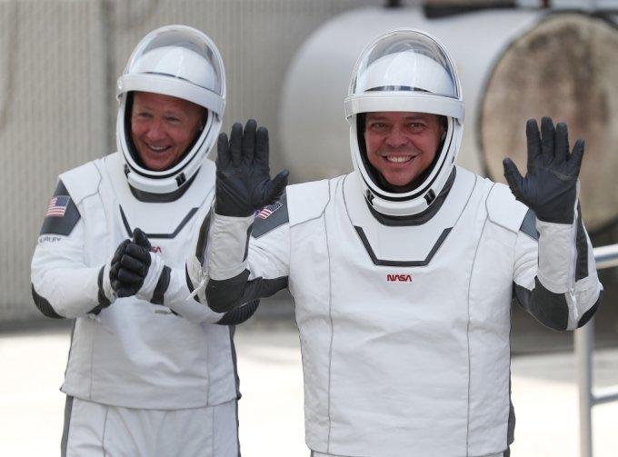 우주비행사 더그 헐리(왼쪽)와 봅 벤켄(오른쪽)_사진=AFP