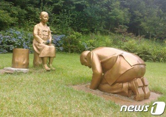 """강원 평창군 한국자생식물원에 설치된 '영원한 속죄' 동상. 조각가 왕광현씨는 작품에 대해 """"위안부 할머니들이 합당하게 받았어야 할 속죄를 작품으로라도 표현해 민족정신을 고양하고, 일본에게는 역사를 정면으로 마주하고 진심어린 사죄와 새로운 일본으로 거듭나기를 기원하기 위해 만든 것""""이라고 소개했다./사진=뉴스1"""
