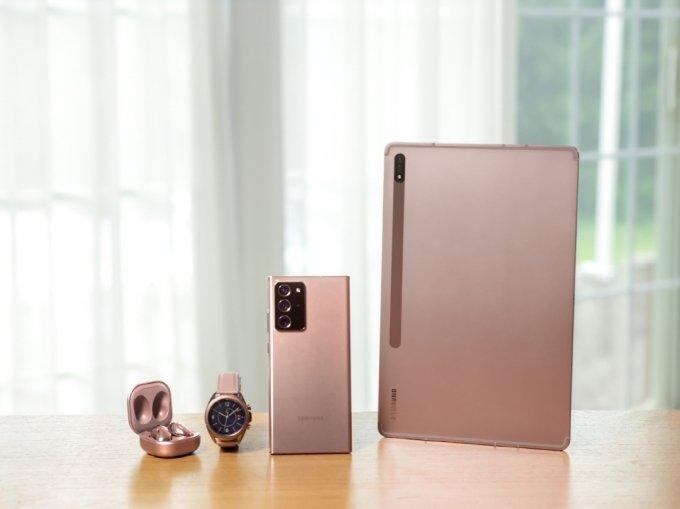 오른쪽부터 삼성전자 태블릿 '갤럭시탭S7', 스마트폰 '갤럭시노트20', 스마트워치 '갤럭시워치3', 무선이어폰 '갤럭시버즈 라이브' /사진=삼성전자
