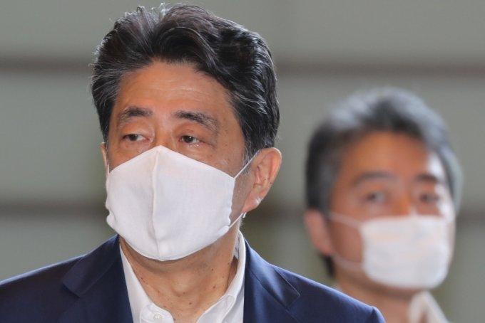 1일부터 큰 마스크를 착용한 아베 신조 일본총리. /사진=로이터