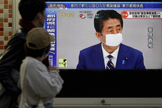 아베 신조(安倍晋三) 일본 총리가 2020년 4월 7일(화) 도쿄에서 국가비상사태를 선포하는 가운데 한 보행자가 TV 뉴스를 보기 위해 멈춰서있다. 아베 총리는 도쿄 등 7개 지역이 코로나바이러스 확산 방어를 강화하도록 비상사태를 선포했다.(AP 사진/유겐 호시코) / 사진=ap뉴시스