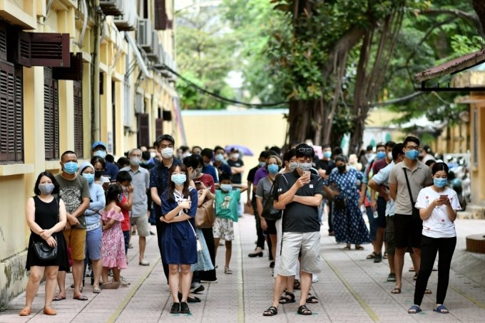 베트남 주민들이 코로나19 검사를 받기 위해 대기하고 있다./사진=AFP
