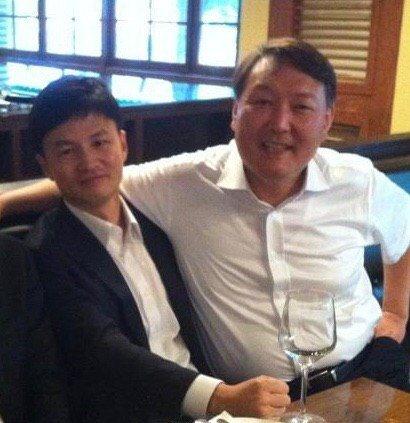 네이버 카페 '후니월드'에 게시된 사진. 앳된 모습의 한동훈 검사장(사진 왼쪽)과 윤석열 검찰총장.