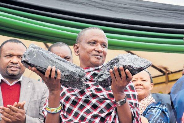 탄자나이트를 판매해 백만장자가 된 탄자니아 광부 사니누 라이저. /사진=트위터 Tanzania Updates