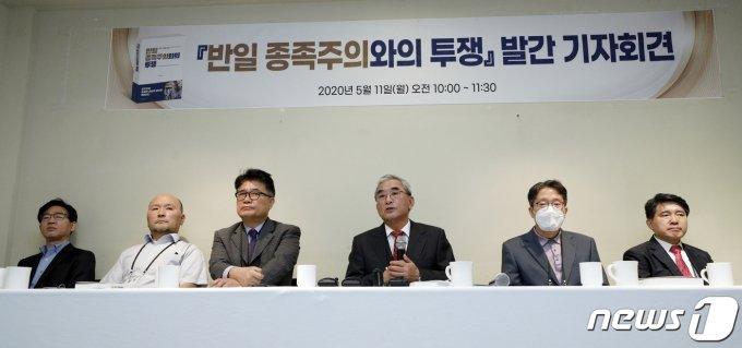 '반일 종족주의와의 투쟁' 대표 저자 이영훈 전 서울대 교수.(왼쪽에서 네번째)./사진제공=뉴스1
