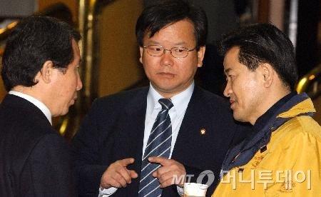 2004년 2월 국회에서 열린 옛 열린우리당 의원총회에 참석한 정동영 의장(오른쪽), 고(故) 김근태 원내대표, 김부겸 의원./사진제공=뉴시스