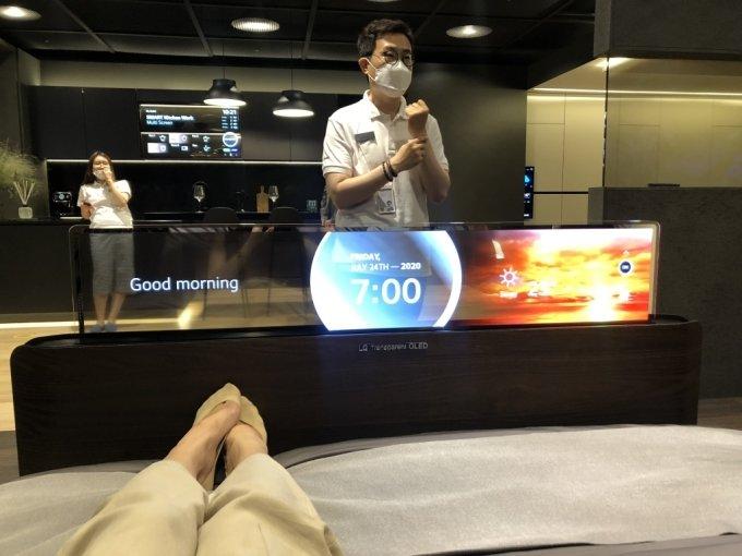 3일 방문한 서울 마곡 LG사이언스파크 LG디스플레이 OLED 쇼룸. 침대에 눕자 발 밑에서 투명 OLED 패널이 올라오고 있다. /사진=박소연 기자