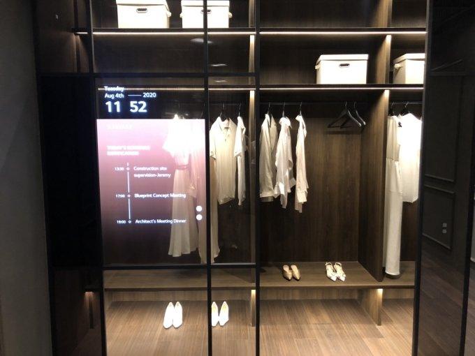 3일 방문한 서울 마곡 LG사이언스파크 LG디스플레이 OLED 쇼룸. 드레스룸 겉면에 투명 OLED 패널이 적용돼 있다. /사진=박소연 기자
