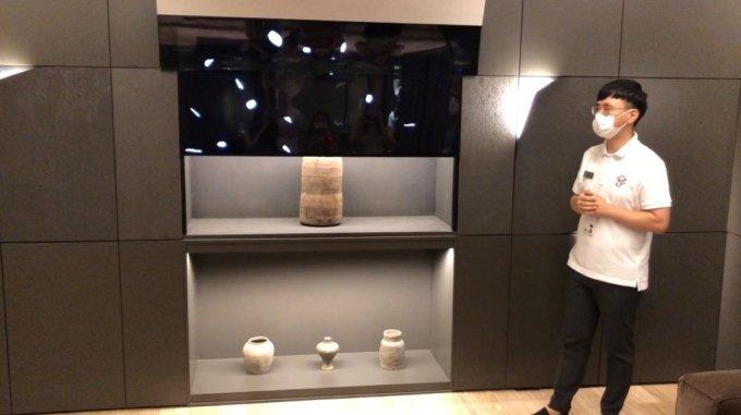 3일 방문한 서울 마곡 LG사이언스파크 LG디스플레이 OLED 쇼룸. 거실 천정에 숨겨져 있던 가변형 TV가 내려오고 있다. /사진=박소연 기자