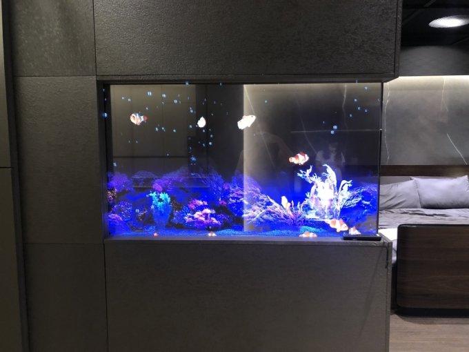 3일 방문한 서울 마곡 LG사이언스파크 LG디스플레이 OLED 쇼룸. 거실에 적용된 투명 OLED 패널에 어항 이미지를 띄워 인테리어 소품으로 활용한 모습. /사진=박소연 기자