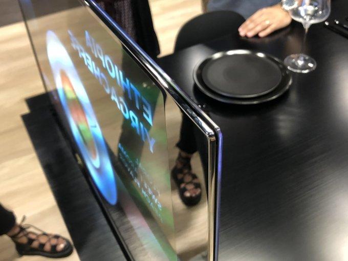 3일 방문한 서울 마곡 LG사이언스파크 LG디스플레이 OLED 쇼룸. 주방 식탁에 적용된 투명 OLED 패널 두께가 1mm 정도로 얇다. 충격 방지를 위해 강화유리 등을 덧댔다. /사진=박소연 기자