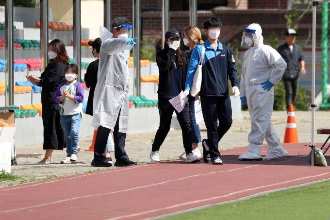 인천 지역에서 '서울 이태원 클럽발' 코로나19 확진자가 무더기로 발생한 가운데 13일 인천 미추홀구청에 마련된 코로나19 선별진료소를 찾은 주민들이 진단 검사를 받고 있다. / 사진=이기범 기자 leekb@
