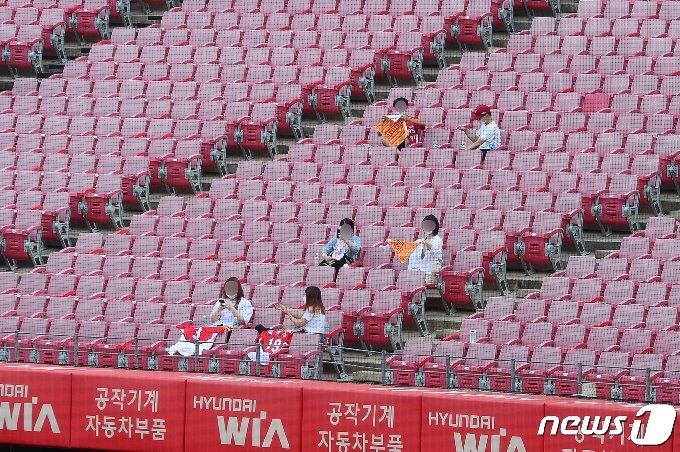 프로야구 KIA 타이거즈 홈 경기에 관중 입장이 재개된 4일 오후 광주 북구 광주-기아챔피언스필드에서 관중들이 띄엄띄엄 앉아 있다. 2020.8.4/뉴스1 © News1 한산 기자