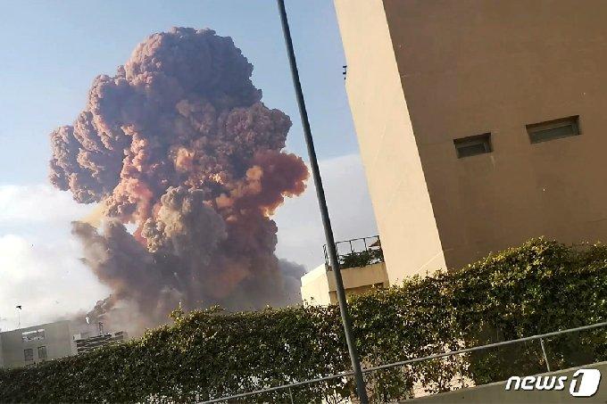 4일(현지시간) 레바논 수도 베이루트의 한 창고에서 대규모 폭발사고가 발생했다. © 로이터=뉴스1