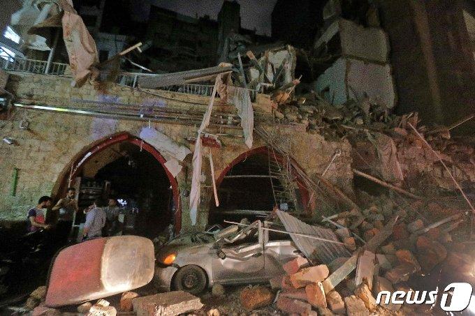 4일(현지시간) 레바논 수도 베이루트에서 일어난 대규모 폭발사고로 무너진 건물. © AFP=뉴스1