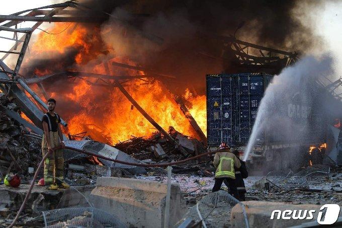 소방대원들이 화재 현장에서 불을 끄고 있다. © AFP=뉴스1