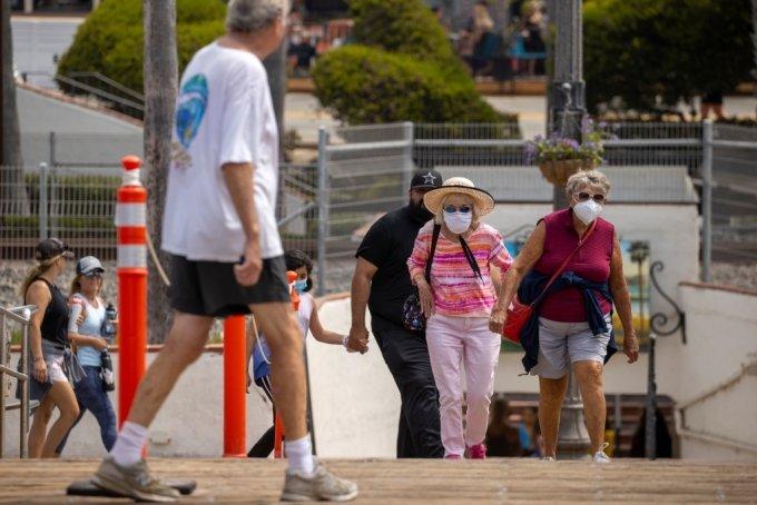 마스크를 쓰고 다니는 미국인들/사진=로이터
