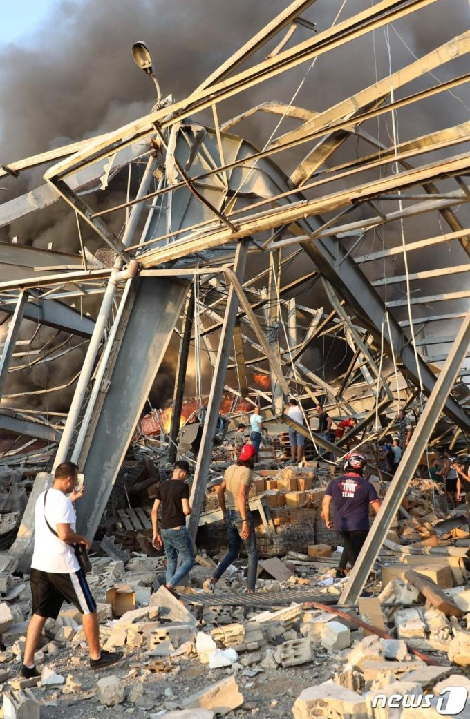 4일(현지시간) 레바논 베이루트항 선착장에 있는 창고에서 대규모 폭발사고가 일어나 형체도 알아볼 수 없이 파괴된 건물의 모습이 보인다. 이날 폭발로 최소 70여명이 숨지고 3,700명이 부상을 당해 수천명의 사상자가 발생했다./사진=(AFP=뉴스1)